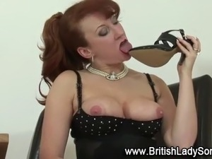 Mature brit uses heels in her pussy after fingering