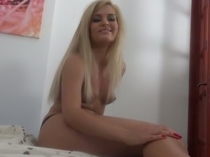 Bonny blond haired hooker with red nails Candee Licious performs nice solo