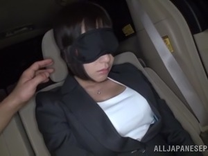 Blindfolded Japanese milf gets her cunt toyed in a car